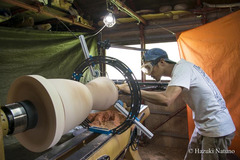 太鼓制作には大きな旋盤機械が必要。ミスがないように慎重に掘り進める。