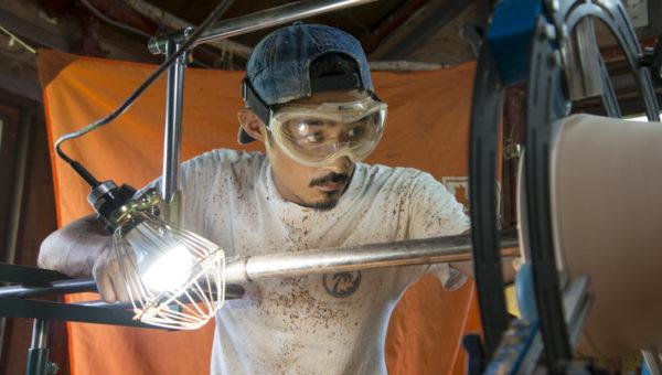 ジャンベ作りには2〜3日かかる。製作する日は朝から晩まで掘る。